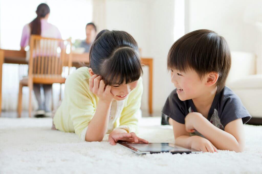 女の子と男の子がスマホを見ている様子