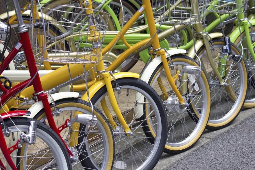 カラフルな自転車が並んでいる
