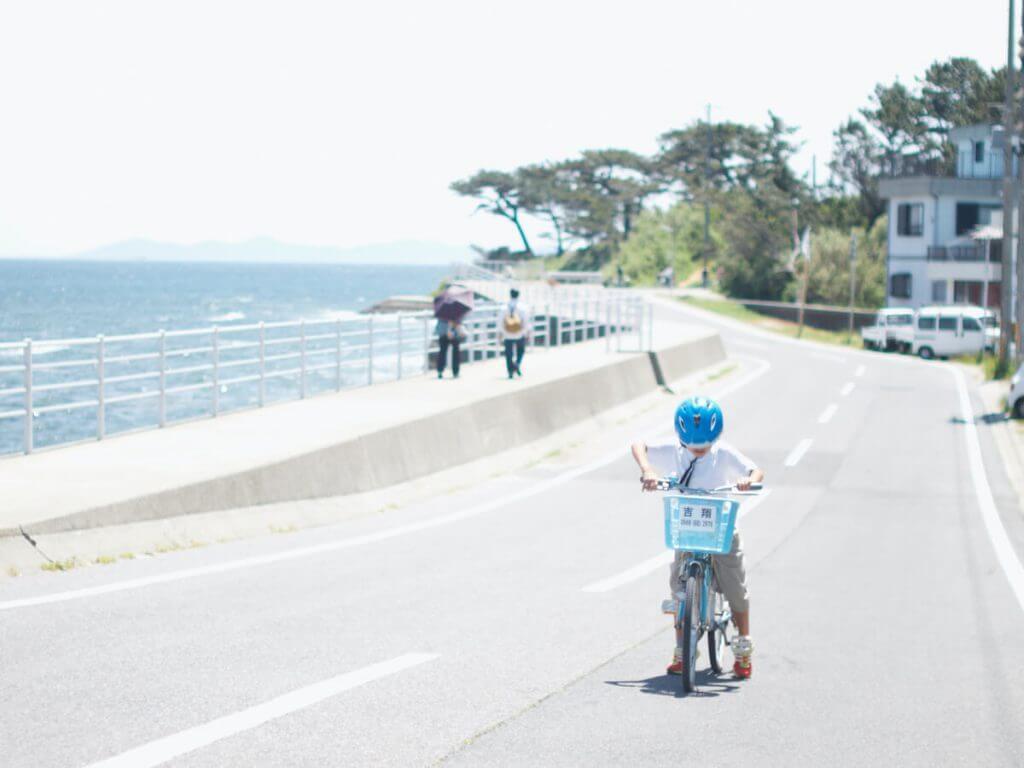 男の子が自転車に乗る練習をしている様子