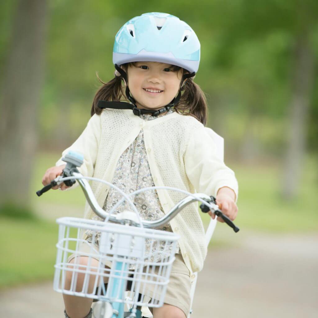 小さな女の子が自転車に乗っている様子