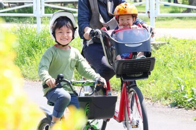 親子で自転車に乗っている様子