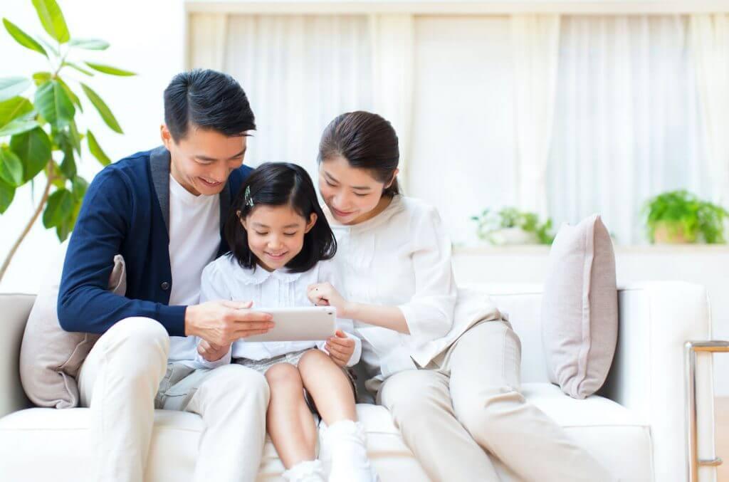 家族3人でタブレットを見ている様子