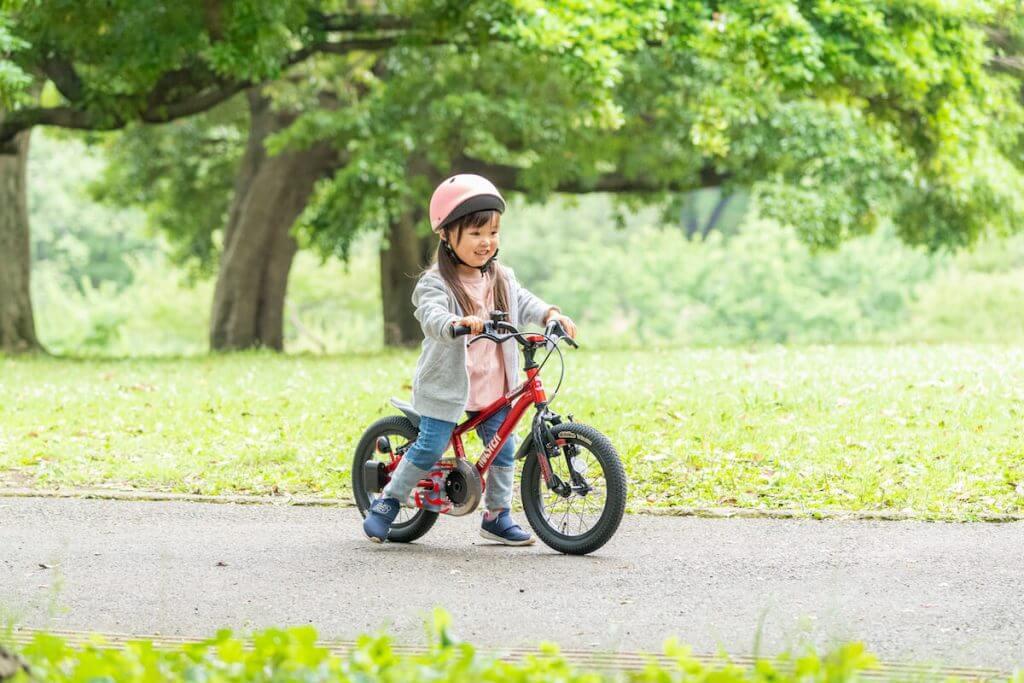 女の子がキックバイクに乗っている様子