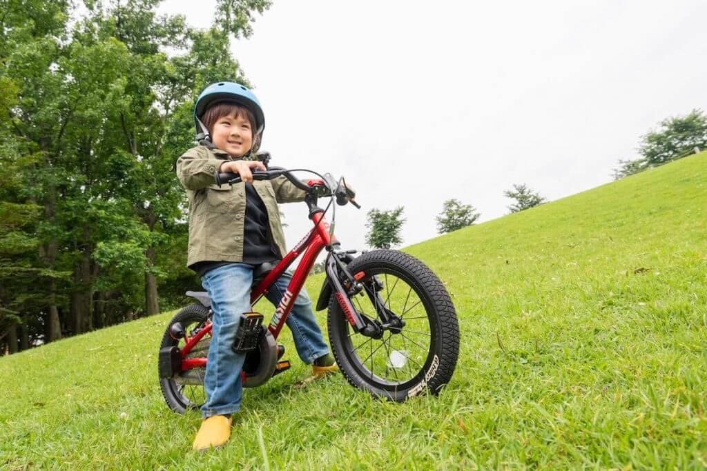 男の子が自転車に乗っている様子