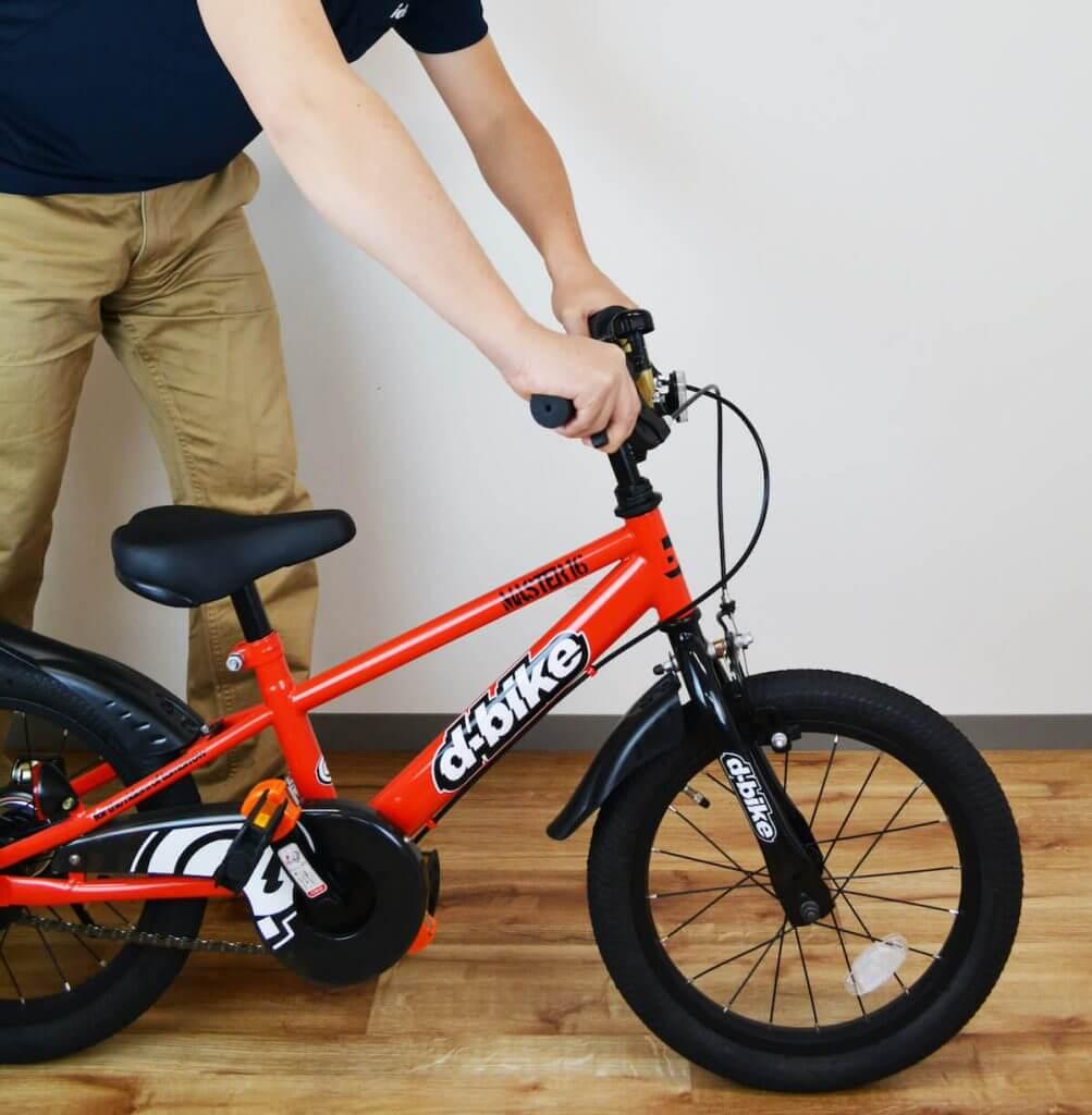 自転車のブレーキを確認している様子