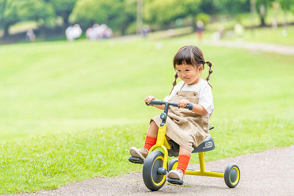 女の子が三輪車に乗っている様子