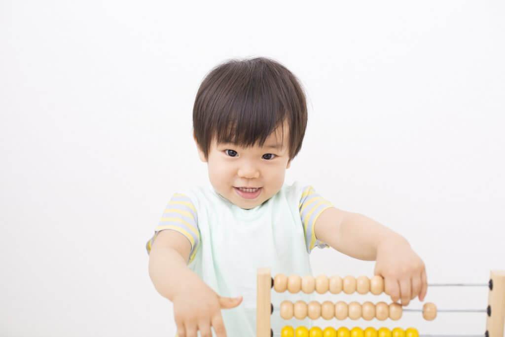 幼い子供が知育玩具で遊ぶ様子