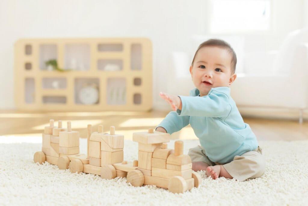 知育玩具で遊ぶ幼い子供