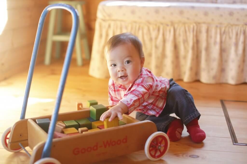知育玩具に手を伸ばす子供