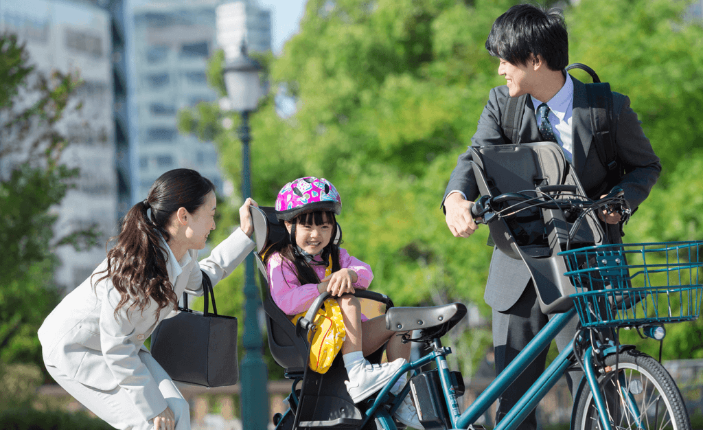 パパとママとヘルメットをかぶった子ども